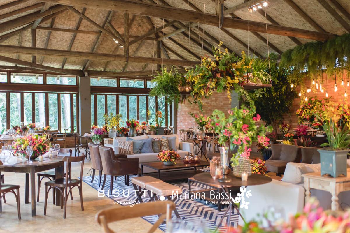 Mobiliário + arranjos florais